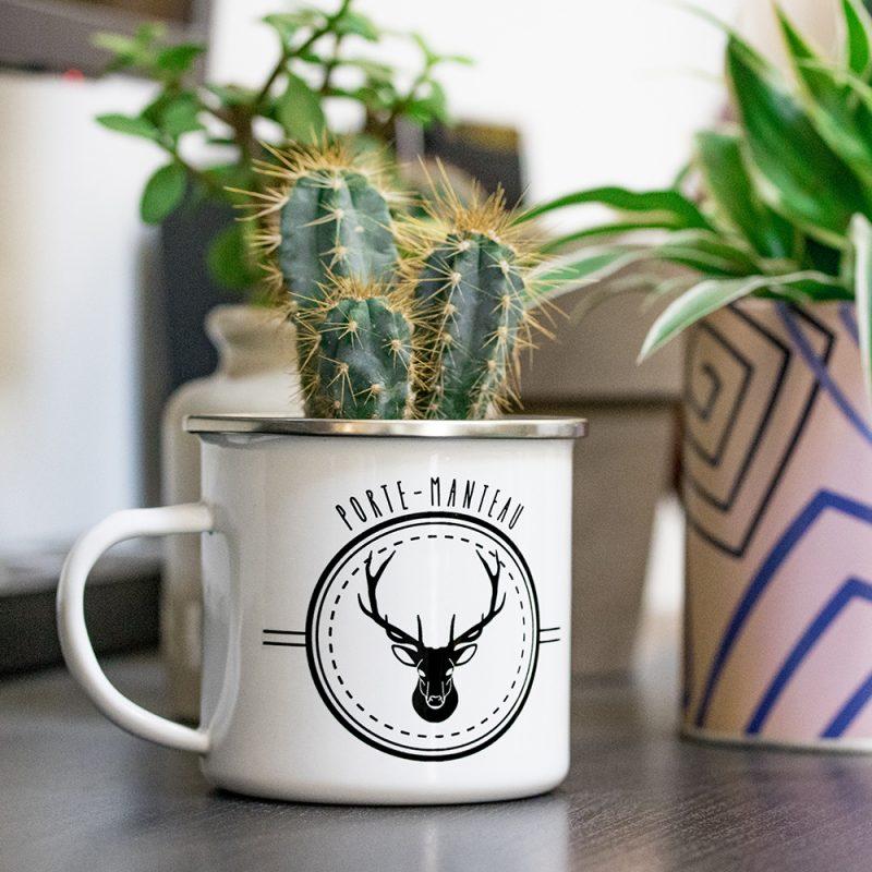 Mug émaillé avec un cerf en cache pot pour cactus
