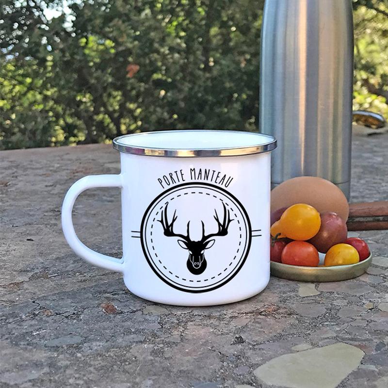 Mug en métal émaillé avec un cerf pendant un pic-nic
