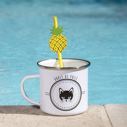 En bord de pisicne, un mug émaillé avec un chat dessus
