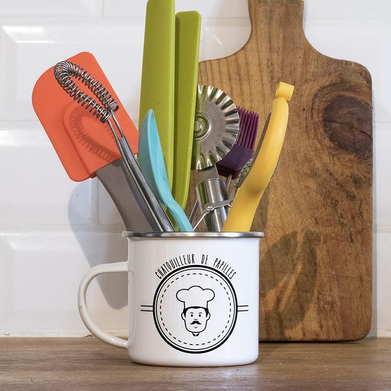 Mug en métal émaillé avec un cuisinier rondouillard