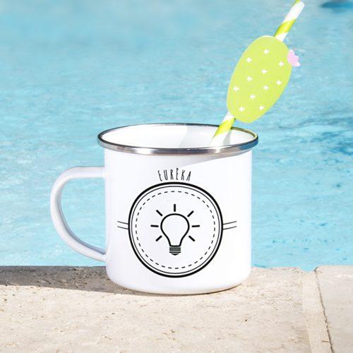 """En bord de piscine, un mug émaille """"Eurêka"""""""