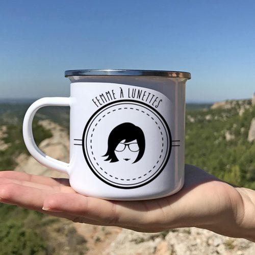 Dans la nature, un mug en métal émaillé femme à lunette