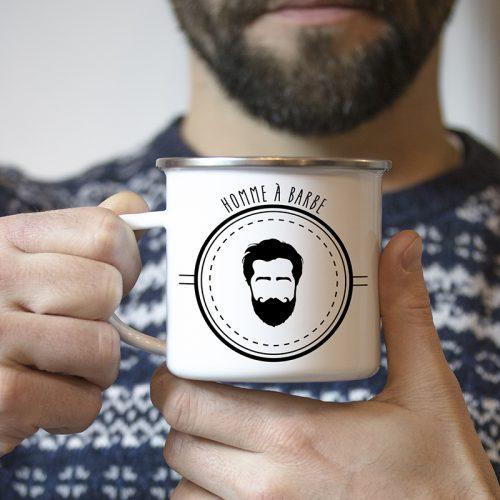 Homme à barbe avec son mug émaillé homme à barbe