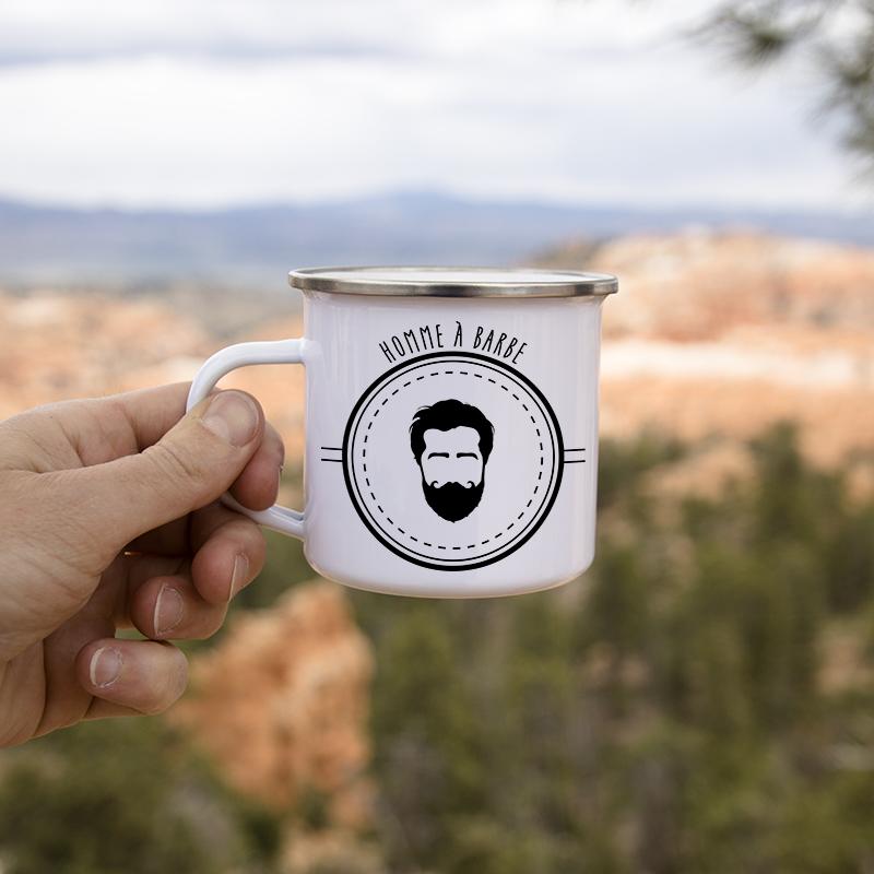 Mug homme à barbe avec un paysage au fond