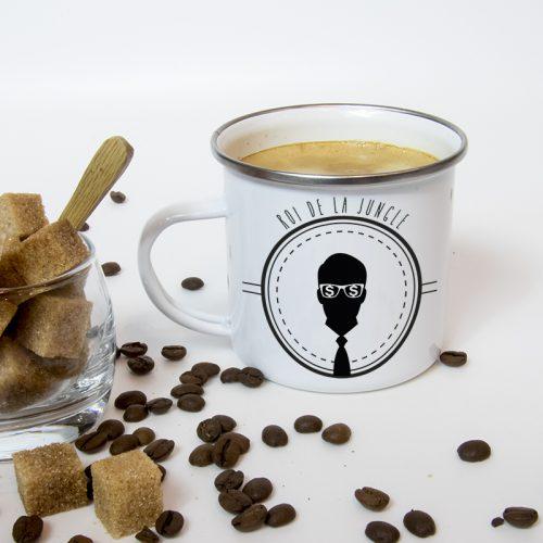Mug émaillé au théme businessman, rempli de café