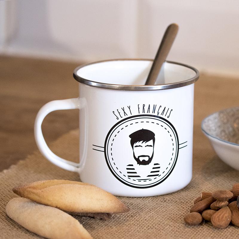 Mug en métal émaillé avec un Frenchy, sur la table du déjeuner