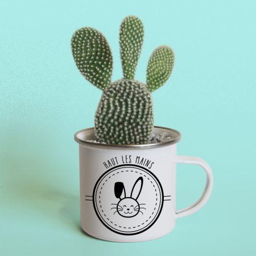 Mug en métal émaillé en cache pot pour un cactus raquette