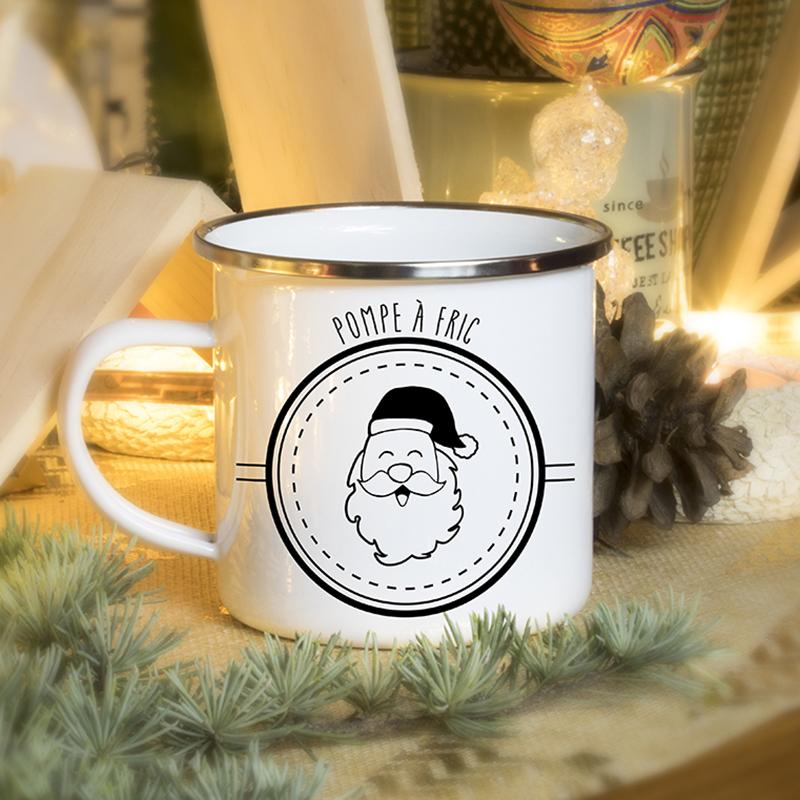 Ambiance Noël pour un mug émaillé avec un papa Noël