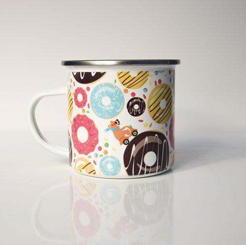 Mug en métal émaillé avec un ours à mobylette sur des donuts colorés