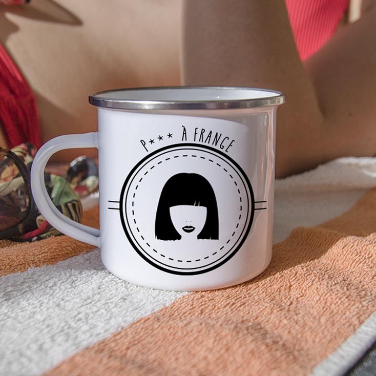 Mug en métal émaillé avec une femme à frange, photo estivale
