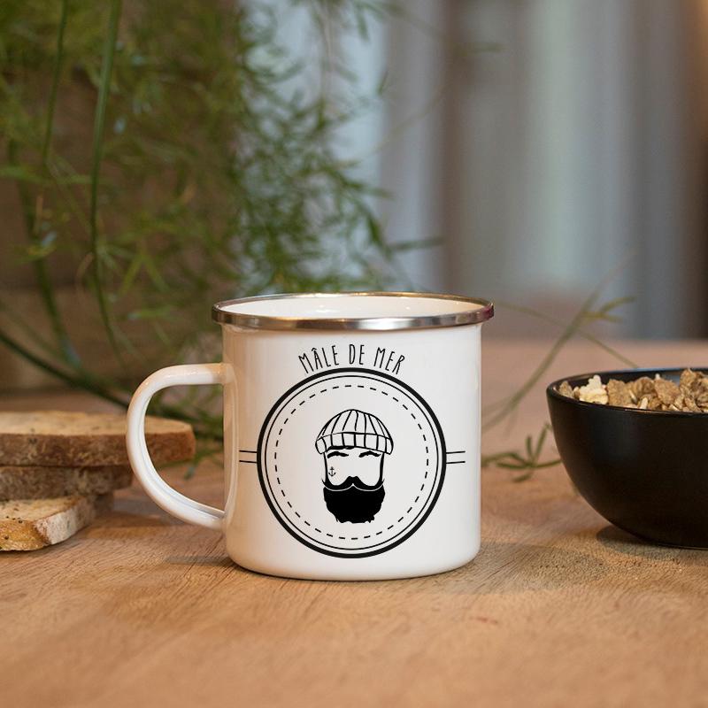 Déjeuner avec un mug en métal émaillé avec un marin barbu