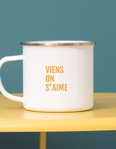 Typographie simple orange pour personnaliser un mug