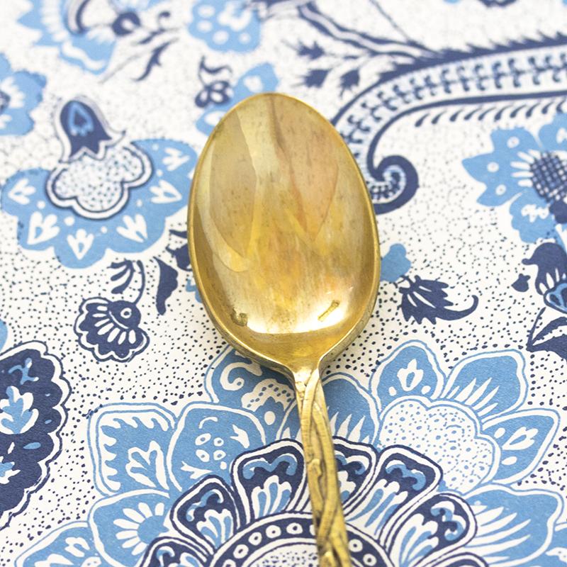 Focus sur une cuillère à moka dorée à personnaliser