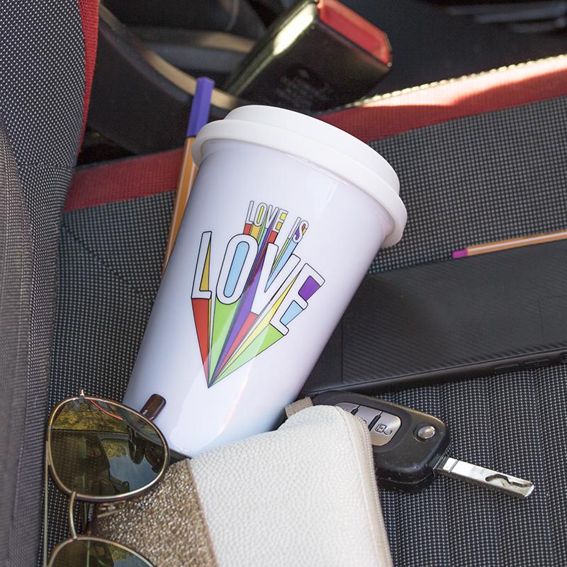 Mug take away au milieu d'affaires type clef ou lunettes de soleil